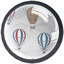 Ballon à air chaud sur fond de carte du monde