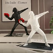 Banksy – figurine de garçon en forme de fleur,
