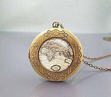 Collier avec médaillon en forme de carte du monde