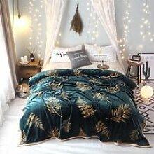 Couverture plaid-polaire sur le lit, couverture