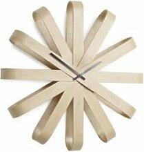 Horloge design en bois ribbonwood - umbra
