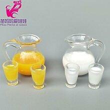 Mini carafes de jus d'orange et de lait dans