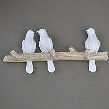 Oiseaux décoratifs sur une branche d'arbre