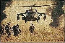 Soldats militaires courant vers un hélicoptère