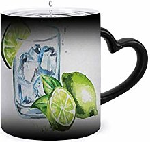 Verre de gin tonique avec glaçons et citron vert.